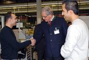 Christoph Hillenbrand beglückwünscht Belal Al Khiyami und Kamal Rejou zu ihrem erfolgreichen Berufsstart