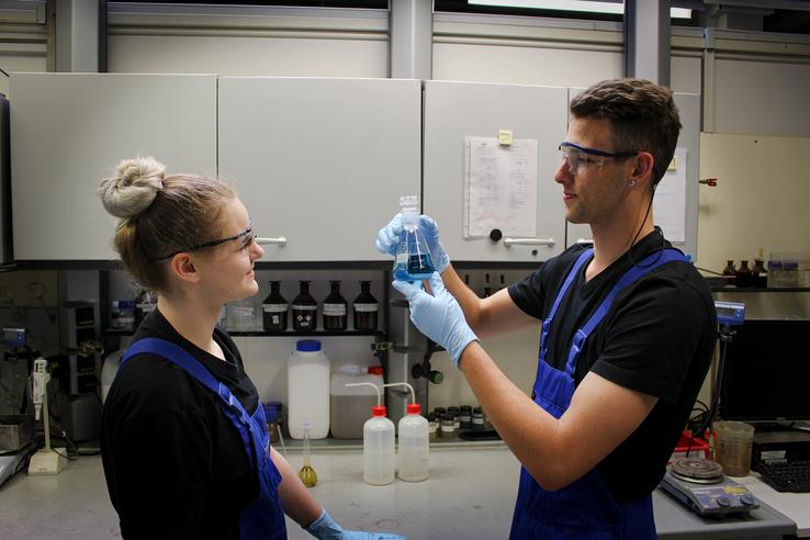Zwei Oberflächenbeschichter im Labor.