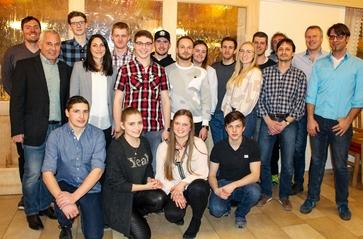 vierzehn Auszubildende und ihre Ausbilder im Gasthof Drei Mohren