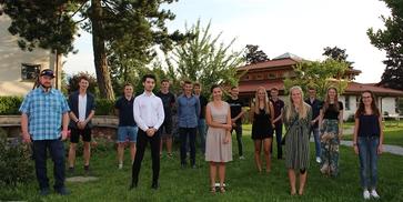 Die ept-Absolventen der Sommerprüfung 2020 in Abendgarderobe.