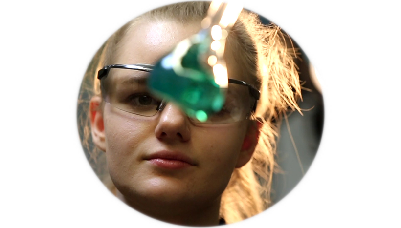 Josephine Marby im Labor der Galvanik